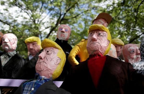 尼加拉瓜的傳統是在12月31日夜晚燒毀木偶公仔,有民眾今年還特製了「川普」公仔,不知道是否有特殊用意。(路透)
