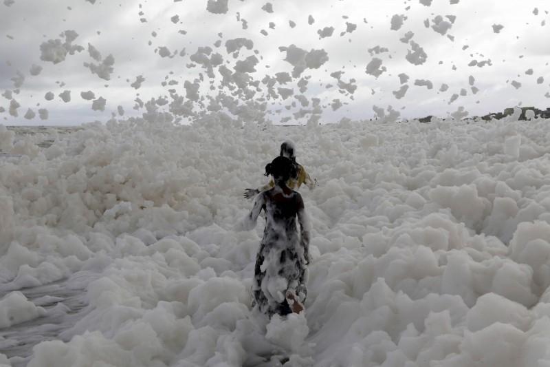 印度清奈(Chennai)遊艇碼頭海灘(Marina Beach)被帶著毒素的白色泡沫覆蓋。(美聯社)