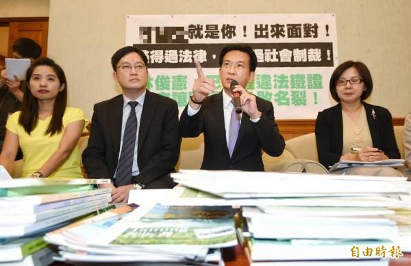 立委林俊憲(右二)點名補教名師陳國星疑似透過買通評委方式不法取得標案長達數年。(記者方賓照攝)