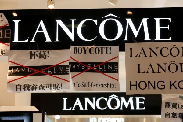 針對蘭蔻在中國壓力下,急忙切割香港獨立歌手何韻詩事件,8日港人發起大規模抗議要求道歉,導致蘭蔻部分門市「被休息」一天。(路透)