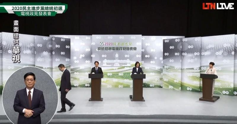 站上小平台後,蔡總統與賴清德的身高沒有差距。(圖擷自《自由時報電子報》YouTube)