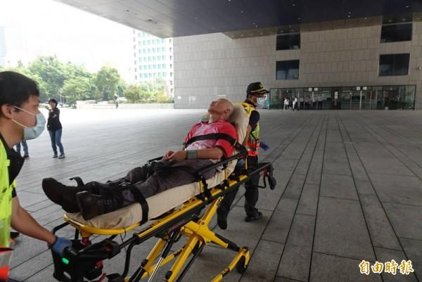黎明幼兒園園長林金連率眾衝撞市府大門,因血壓過低被緊急送醫。(記者廖耀東攝)
