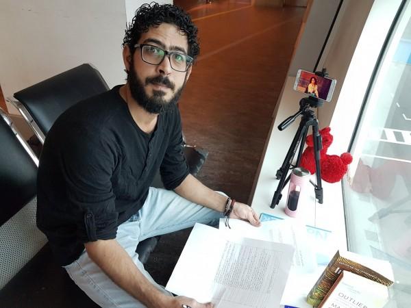 敘利亞男子康塔(Hassan al-Kontar)困在機場近7個月,直到昨天才遭逮捕,帶離機場。(圖取自Hassan al-Kontar推特)
