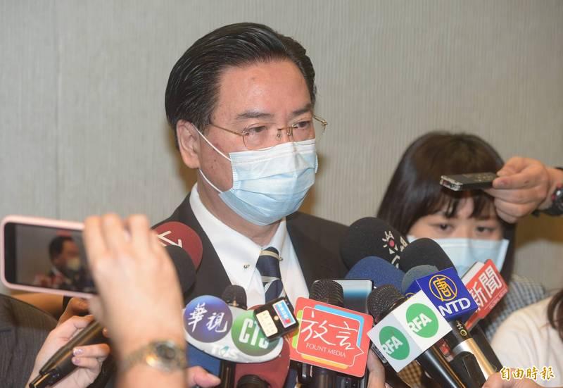 外交部長吳釗燮22日出席「投資歐盟論壇」會前受訪。(記者張嘉明攝)