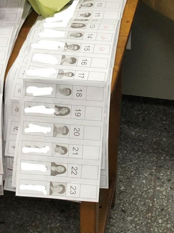 有民眾疑似只記題號,卻誤把公投票和議員票搞混,在投給議員票上將13、14、15號蓋上印章。(圖擷取自網友臉書)