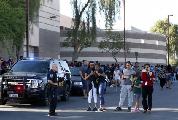 昨日(9月11日)美國內華達州的拉斯維加斯一間高中發生槍擊事件,導致該校一位學生中槍身亡;目前警方排除隨機殺人的可能,認為這是有針對性的謀殺案,懷疑其中有幫派介入。圖為在校外焦急等待的學生家屬。(美聯社)