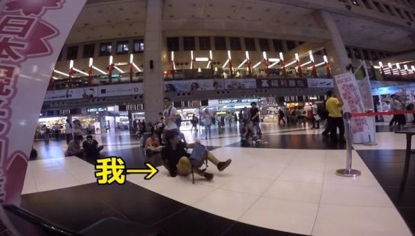 日本遊客搞笑,故意坐在白色格子。(圖擷取自YouTube)