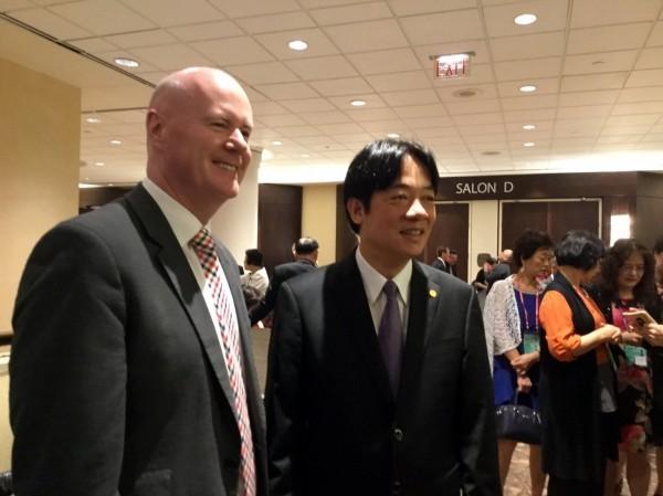 賴清德訪美,受邀至北美洲台灣商會聯合總會發表演講,與台灣摯友葉望輝相見歡。(南市府提供)
