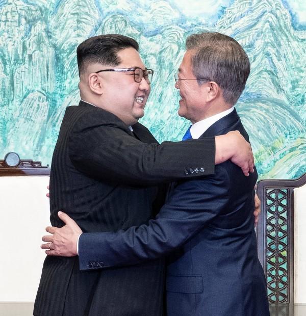 南韓總統文在寅(右)與北韓領導人金正恩(左)27日下午正式簽署板門店宣言,之後雙方互相擁抱。(路透)