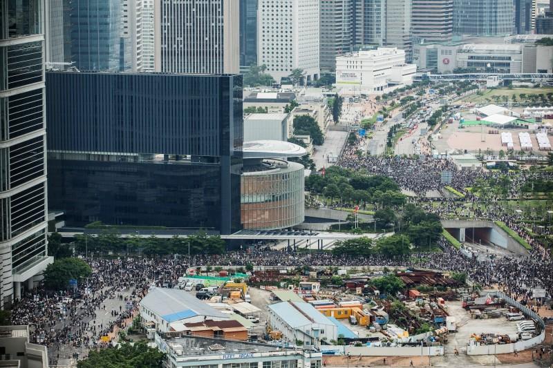 現立法會包圍網持續擴大,金鐘道東西行線均已遭群眾佔據。(彭博)
