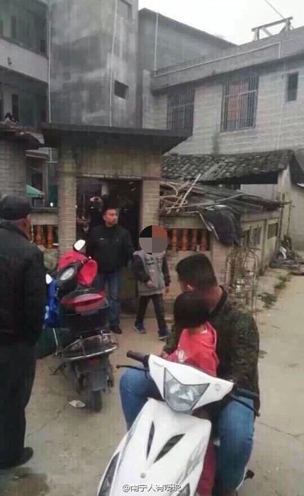 中國廣西省容縣一名10歲男童潛入一處民宅行竊2萬元人民幣(約10萬台幣)被活逮。(圖擷取自微博)