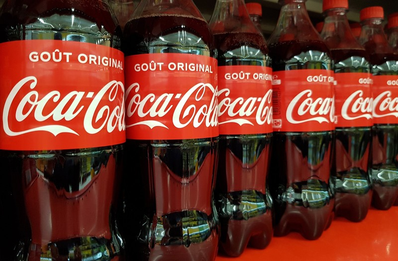 可口可樂表示,無法在短時間內停用塑膠包裝。(歐新社)