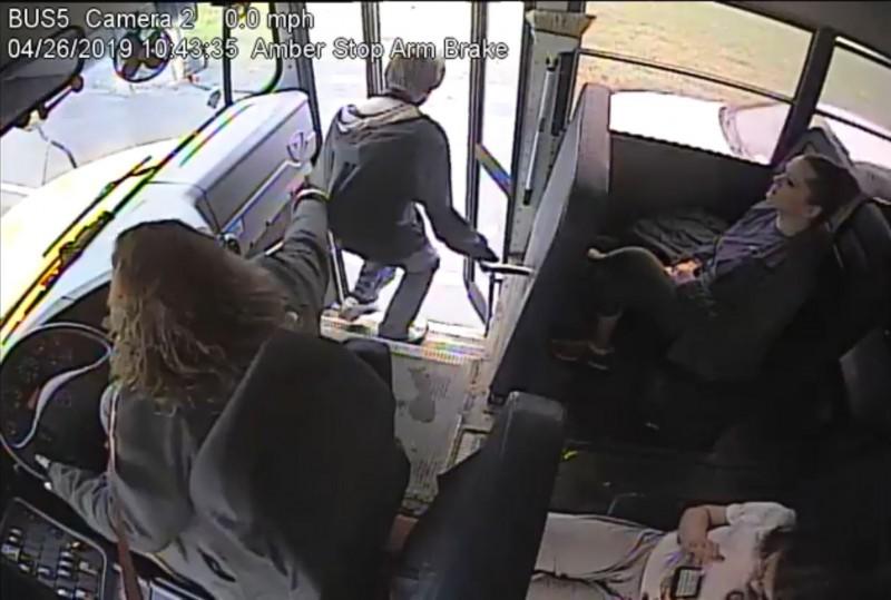 想不到竟有轎車快速駛過,嚇得她「神來一手」趕緊抓住乘客後背。(擷取自臉書粉絲專頁NorwichCSD)