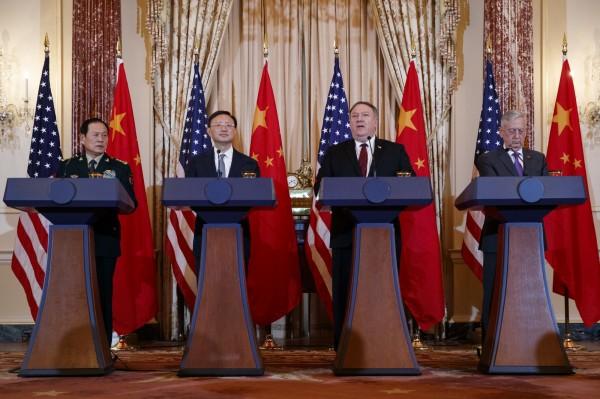 圖從右至左,美國國防部長馬提斯(James Mattis)、國務卿龐皮歐(Mike Pompeo)9日在華府擔任東道主,與中共中央政治局委員楊潔篪、中國國防部長魏鳳和,舉行第二輪美中「外交安全對話」。(美聯社)
