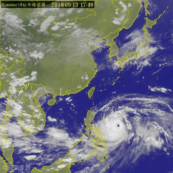 氣象局表示,預計週六到週日上半天是山竹颱風對台灣影響最劇烈的時候,東部、恆春半島和屏東山區有局部大豪雨以上發生機會。(中央氣象局)