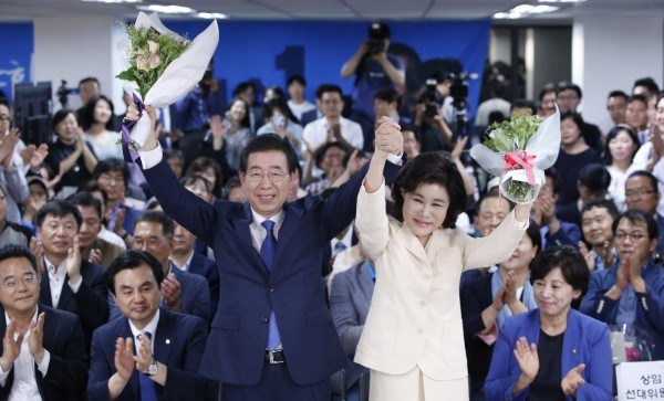 南韓週三(13日)舉行地方選舉,根據出口民調,南韓總統文在寅所屬的共同民主黨(DP)獲得壓倒性勝利,DP拿下14個行政區首長,包括首都首爾,62歲的朴元淳(藍西裝立者),成為首位迎來第3個任期首爾市長。(歐新社)