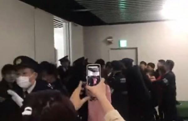 上月底,數十名中國遊客因航班取消滯留日本成田機場,高唱中國國歌《義勇軍進行曲》,對航空公司和機場員工表達抗議。(資料照,圖擷取自dailymotion)