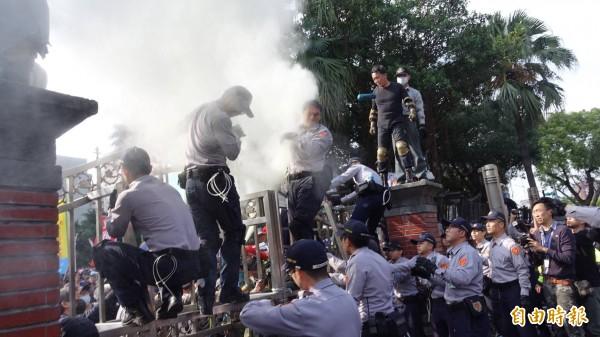 800壯士試圖衝入立法院,警方遭潑灑不明物體。(記者劉信德攝)