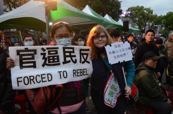 張白蓮(Jenna Lynn Cody)說,在二○○六年選擇到台灣居住,卻看到台灣民主在國民黨執政後不斷流失,現在又以強迫方式推動服貿協定,因此前來抗議。(記者宋小海攝)