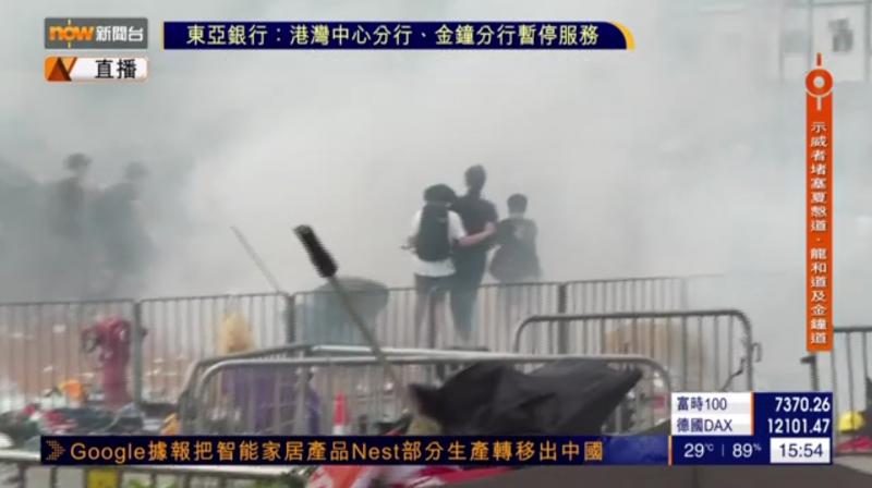 警方拋擲催淚彈反擊,民眾四處逃竄。(擷取自《Now新聞台》直播)