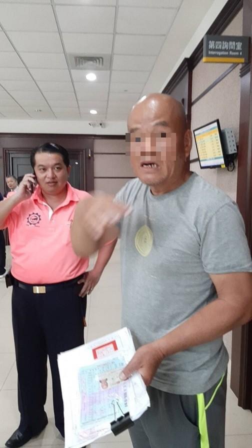 涉嫌恐嚇的葉姓男子(右),看到五分局副分局長謝承甫(左)覺得很面熟。(記者王捷翻攝)