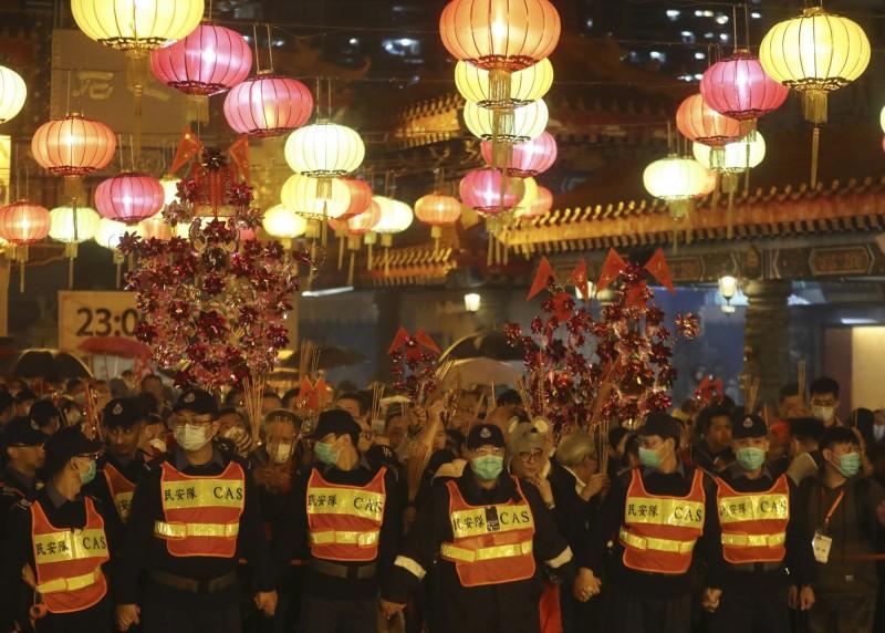 黃大仙祠週邊戒備的警察也帶起口罩自保。(美聯社)