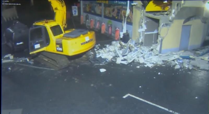 接著將整台ATM放在來接應的黑色麵包車。(圖擷自The Duck YouTube)