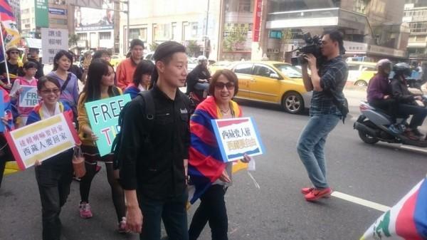 今天舉行西藏抗暴日遊行,時代力量立委林昶佐現身力挺。(圖擷自時代力量臉書)