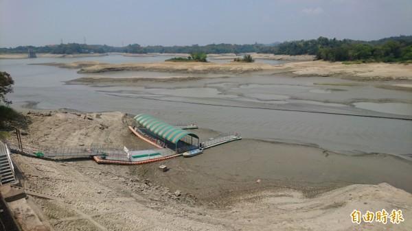 烏山頭水庫連大壩前庫底都快乾了。(資料照)