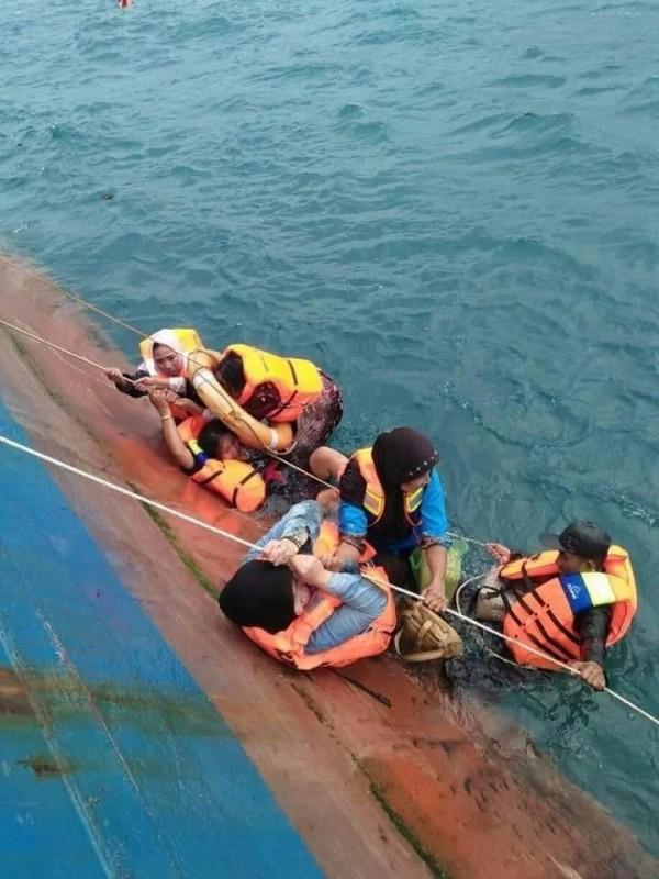 許多人員緊抓在渡輪外頭,等待救援。(圖擷自IG : Daeng Info推特)