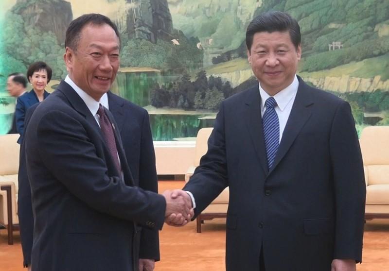 郭台銘2013年2月25日隨前國民黨主席連戰至北京握習近平的手。(中央社資料照)