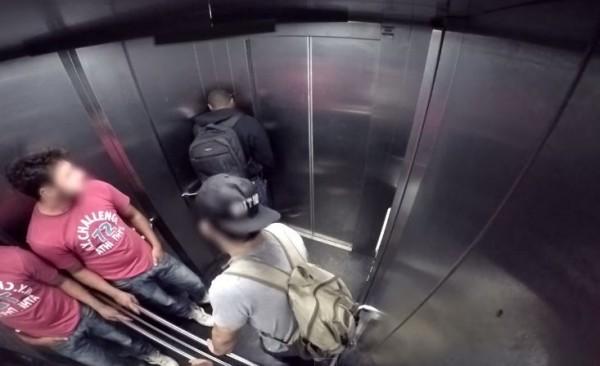 待在電梯內的兩名男子原本有說有笑,見到黑人在密閉空間裡放屁,讓他們氣得破口大罵:「拜託,超噁的欸」。(圖擷取自YouTube)
