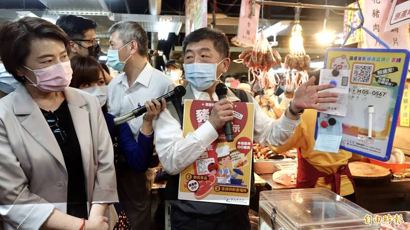 衛福部長陳時中、台北市副市長黃珊珊今到作為美豬標示示範區的台北市迪化商圈視察。(記者塗建榮攝)