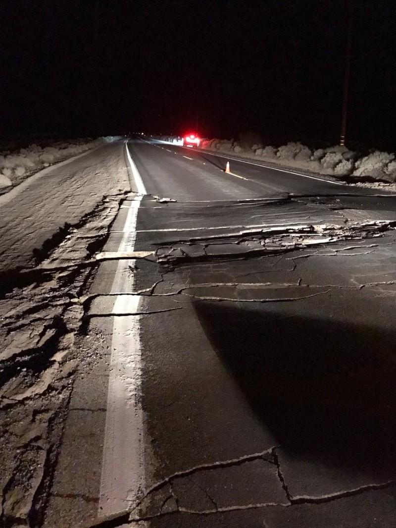 接連的強震讓當地高速公路柔腸寸斷。(擷取自USGS推特)