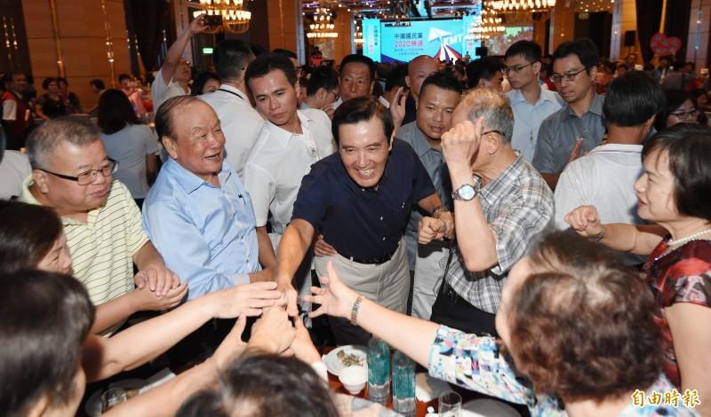 被韓粉噓下台後,「馬英九基金會」執行長蕭旭岑表示,將審慎評估是否讓馬英九(圖中)繼續參加韓國瑜造勢活動。(資料照)