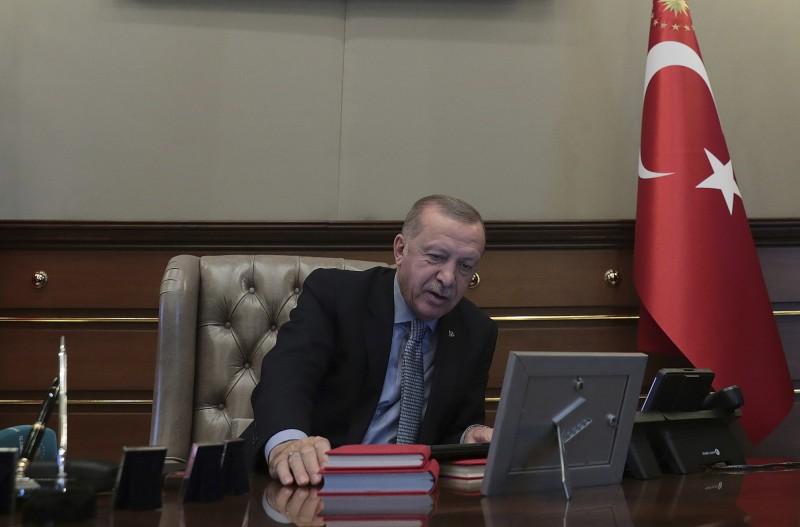 土國總統艾多根(見圖)在下令攻打敘利亞北部前,與國防部長通電話。(美聯社)