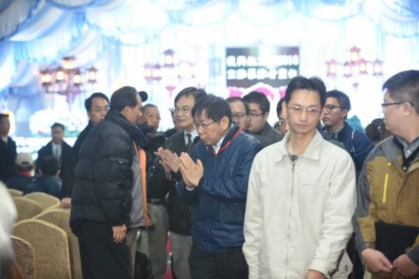 台北市長柯文哲前往靈堂致意,哽咽落淚。(記者劉信德攝)