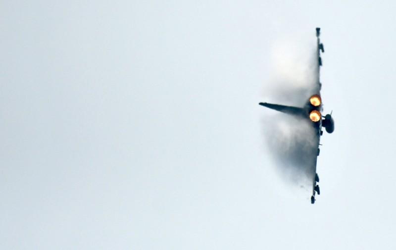 兩架德國的颱風戰機在空中突然對撞,戰機雙雙墜毀,駕駛一死、一墜樹生還。圖為颱風戰機示意圖。(資料照,法新社)