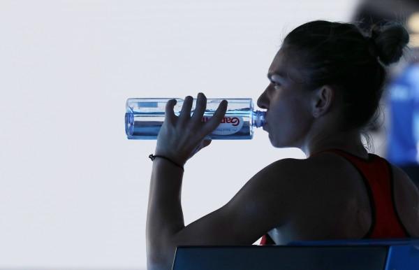 參加澳網的羅馬尼亞女網選手哈勒普(Simona Halep)正在飲用景田瓶裝水。(歐新社)