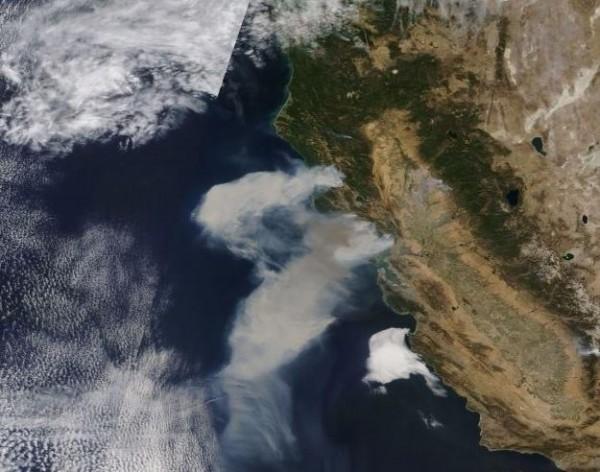 美國北加州大火,在短時間內出現將近1000公里的濃密煙流。(NASA/EOSDIS)