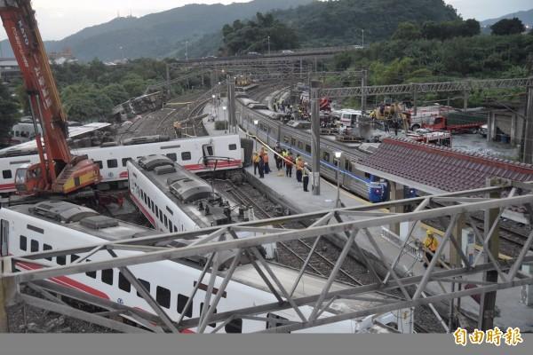 昨天下午台鐵普悠瑪發生翻車事故,造成18死、上百人傷,消防人員獲報緊急前往救援,發現越靠近車頭,死傷越慘重。(記者黃耀徵攝)