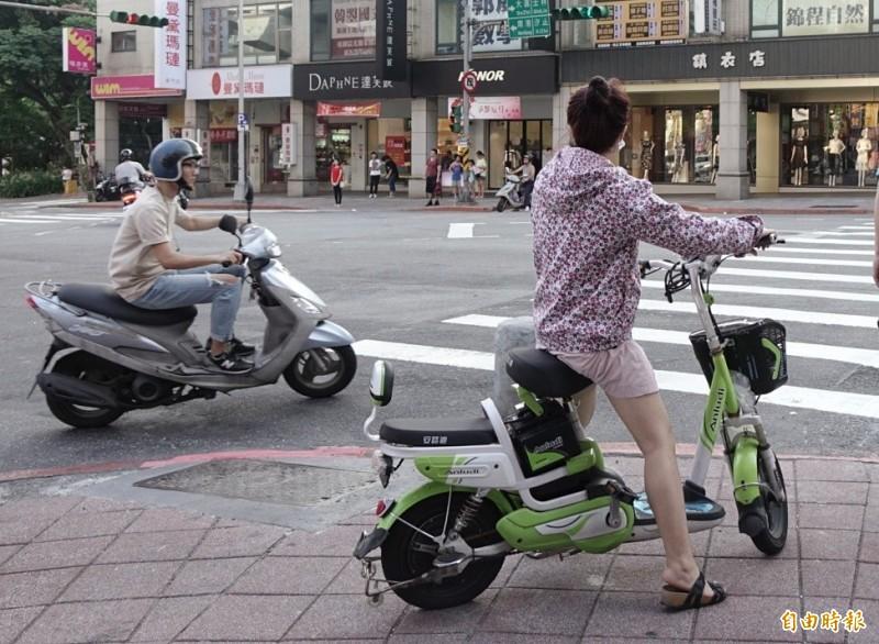 交通部預計10月底前提出修法草案,未來電動自行車將和機車一樣有專屬車牌、須投保強制責任險、可逕行舉發違規行為,同時限制14歲以上才能騎乘。(資料照)