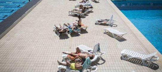 西班牙巴塞隆納政府近日宣布,要求當地游泳池不能出現「禁止裸上身」的規定,旨在讓女性擁有泳裝自由、結束任何限制。(圖擷取自推特)