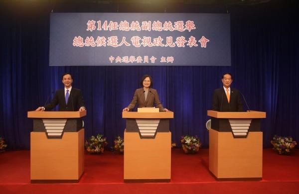 朱立倫在政見發表會的第二輪,指蔡英文是兩國論的倡議者。蔡英文回擊,兩國論是國民黨總統提出的。(中選會提供)