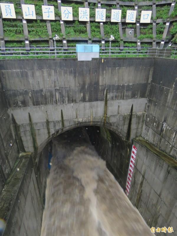 瑞芳員山子分洪道今天累積水位最高達64公尺。(記者林欣漢攝)