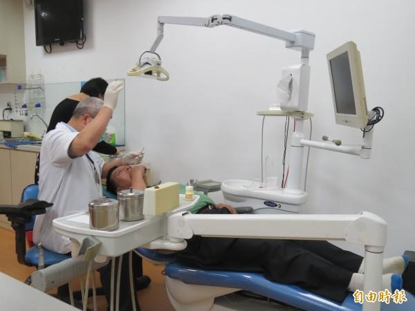 台北市某牙醫診所羅姓負責人,為了向健保局(現已升格為健康保險署)詐領診療費用,竟涉嫌在病患的診療資料上,填載不實的診療項目,詐領診療費3萬多元。示意圖,與本新聞無關。(資料照,記者俞肇福攝)