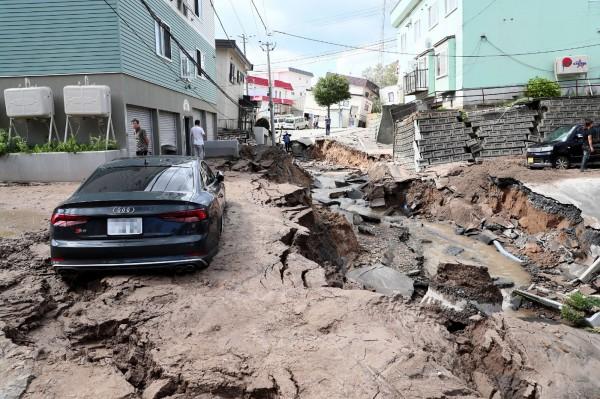 北海道當地時間週四(6日)凌晨3時08分發生規模6.7強震,造成近300萬戶停電,目前仍全力搶修中。(法新社)