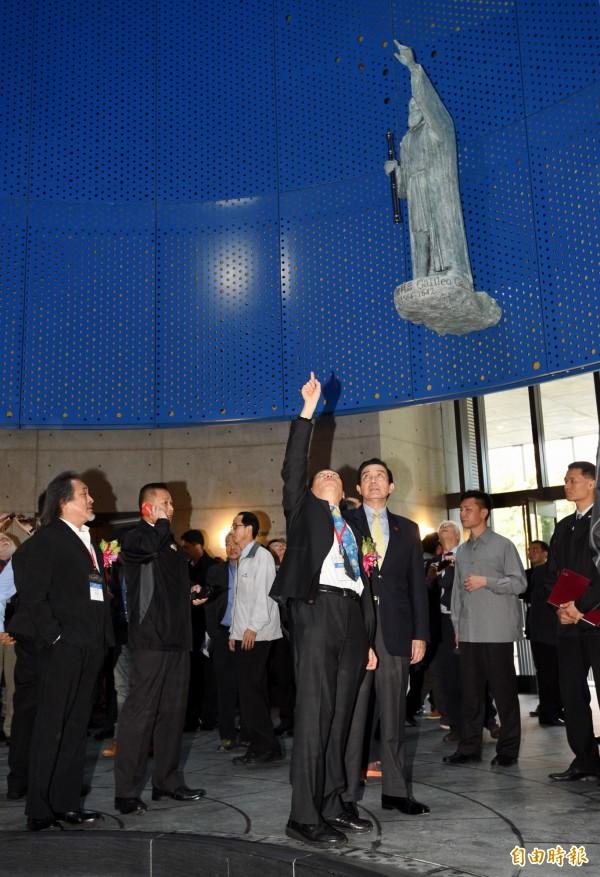 台灣大學次震宇宙館27日舉行落成啟用典禮,包括前總統馬英九(前右一)等與會者在梁次震宇宙學與粒子天文物理學研究中心主任陳丕燊(前右二)導覽下參觀館內建築設施。(記者羅沛德攝)