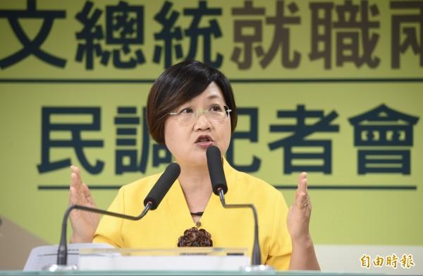 民進黨副秘書長徐佳青主持「蔡英文總統就職2週年民調記者會」。(記者羅沛德攝)