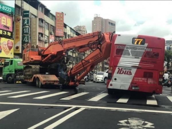 網友po出車禍現場的照片,可以看到地面疑似有怪手的漏油。(圖擷自《爆料公社》)
